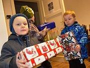 V Osíku u Litomyšle vybírají dárky pro děti z chudších rodin.