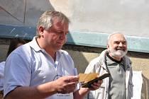Jára Cimrman se v roce 1907 objevil v Jevíčku. Alespoň to dokládá zápisek na kousku papíru, který byl nalezen v kuchařské knize. O jeho působení na Malé Hané svědčí i další stopy.  Včerejší odhalení pamětní desky českému géniovi doprovodili muzikanti v do