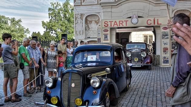 Na nádvoří zámku se sjela více než stovka historických vozů a motocyklů. V sobotu vyjely na spanilou jízdu do Vysokého Mýta a Potštejna.