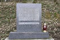 Pomník a památka padlých. Ten stojí na místě, kudy původně měla vést zamýšlená Hitlerova dálnice.