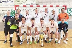 Český sálový fotbal se znovu prosadil na mezinárodní scéně, tentokrát zásluhou odvážného týmu z Moravské Třebové. Byla škoda, že mu ve finálovém střetnutí citelně scházel zraněný kanonýr Leasure.