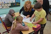 Herečka Simona Stašová je dlouholetou patronkou školy a přišla se na děti osobně podívat.