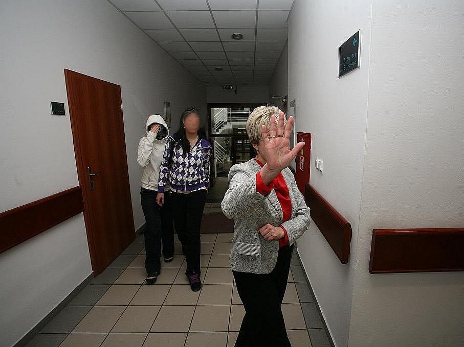 U Okresního soudu pokračoval proces s matkou a její nezletilou dcerou.