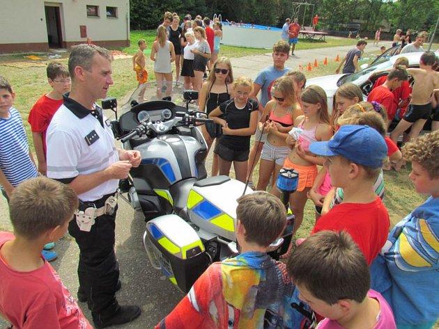 POLICISTÉ se vydali za dětmi na tábor do Budislavi.
