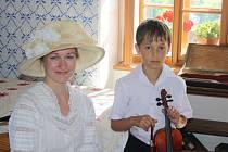 SOUROZENCI MARTINŮ ve světničce kostela svatého Jakuba v Poličce během prohlídek. Bohuslavovu sestru Marii ztvárnila Šárka Tumová.