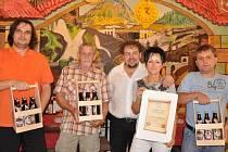 HOSPŮDKA   Alžběty a  Zdeňka  Šafářových  vyhrála  soutěž Svitavského deníku. O vítězství rozhodli čtenáři Deníku a hosté Motorestu U Kocoura. Tři vylosovaní dostali bedničku piva.