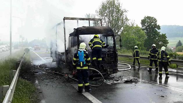 Hasiči likvidují požár nákladního automobilu.