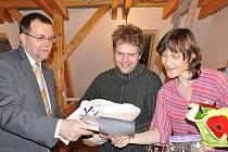 Hejtman Radko Martínek navštívil v Radiměři rodinu Zuzany a Jiřího Pavlíčkových. Jejich Rozálka je první dítě roku 2011 v Pardubickém kraji.