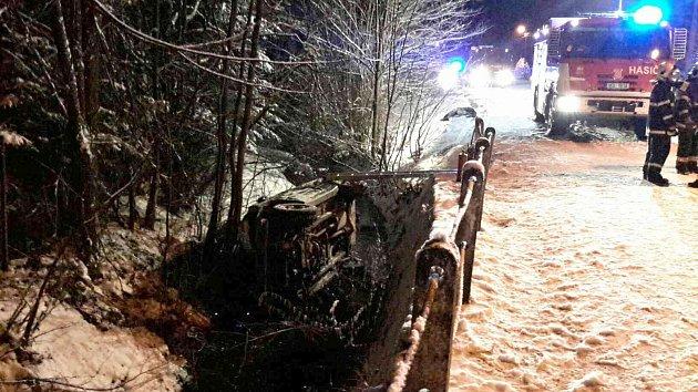 Při příjezdu hasičů na místo nehody byl řidič mimo vozidlo.
