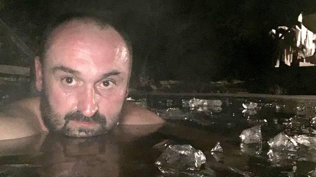 Libor Vodehnal z Říkovic na Litomyšlsku si mraz pochvaluje. Ze sauny na zahradě hned míří do ledového jezírka.