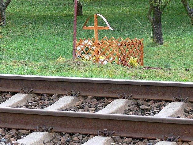 Dřevěný křížek připomíná neštěstí.