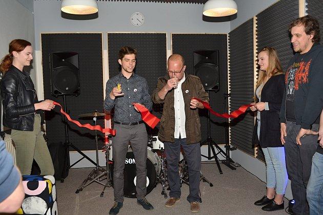NA  OTEVŘENÍ zkušebny pozval Vojtěch Toman (vlevo) i Radomila Kašpara, který  projekt podpořil nejvyšší částkou.