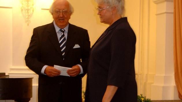 Odsunutí Němci poděkovali vedoucí Střediska česko-německého porozumění Ireně Kuncové.
