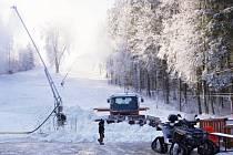 Sněhová děla jedou naplno. Nejen v Poličce se vlekaři snaží co nejrychleji zprovoznit sjezdovky.