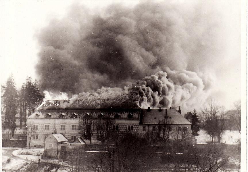 Požár zámku v Bystrém v roce 1978.