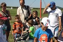 LETIŠTĚ VE STARÉM MĚSTĚ u Moravské Třebové má novou vzletovou a přistávací dráhu. Slavnostně ji tamní Aeroklub a letecké centrum uvedly do provozu leteckou show.