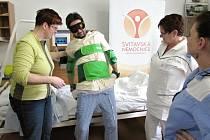 Oblek pro seniory. Nemocnice jde do soutěže s projektem dalšího vzdělávání zdravotníků v péči o lidi v důchodovém věku. Uskutečnili jej zážitkovým učením.