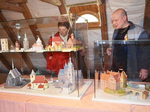Výstava na půdě domu zbrojnošů představuje víc jak stovku papírových modelů. Je další atrakcí hradu a také zajímavým zpestřením pro návštěvníky.