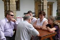Jubilejního turistu uvítali na nádvoří zámku v Moravské Třebové. Stala se jím rodina Jirouškova z Brandýsa nad Orlicí.