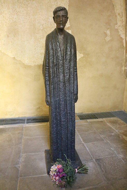 Olbram Zoubek patří mezi umělce, kteří si zaslouží obdiv. Sochu Josefa Toufara v nadživotní velikosti dokončil ve svých devadesáti  letech.