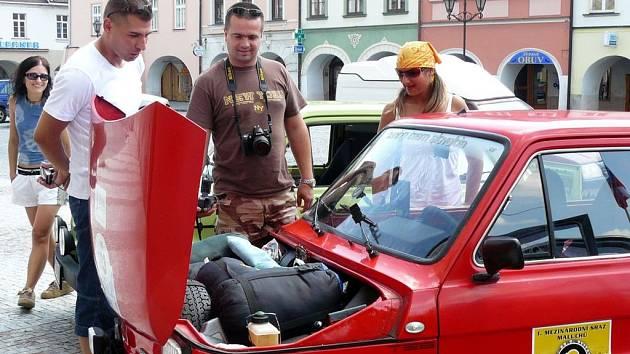 Velký kufr malého vozu. S fiatkem projel Michal Mašlej (vlevo) pořádný kus Evropy.