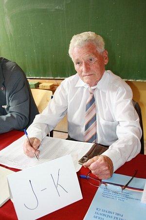 NEJMLADŠÍ ANEJSTARŠÍ. Patrik Petr a Jan Kašpar byli oba členy volební komise. Zatímco jeden usedl do komise poprvé a stejně tak poprvé iodevzdal svůj hlas ve volbách, druhý už je zavedeným členem volební komise.