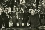Zdeněk Nejedlý poklepává 7. července 1951 vLitomyšli na základní kámen Jiráskova pomníku.