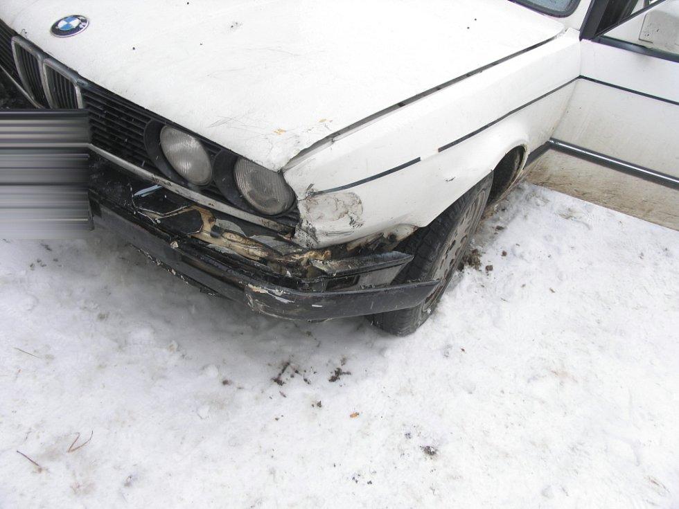 Jedenatřicetiletý opilý řidič BMW si při odbočování na hlavní silnici poblíž Třebařova (Svitavsko) přejel do protisměru, kde narazil do boku projíždějícího vozu Seat.