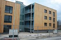 UŽ JEN TERÉNNÍ ÚPRAVY. S půlročním zpožděním finišuje výstavba dvou nových energeticky pasivních bytových domů na jižním okraji Poličky.