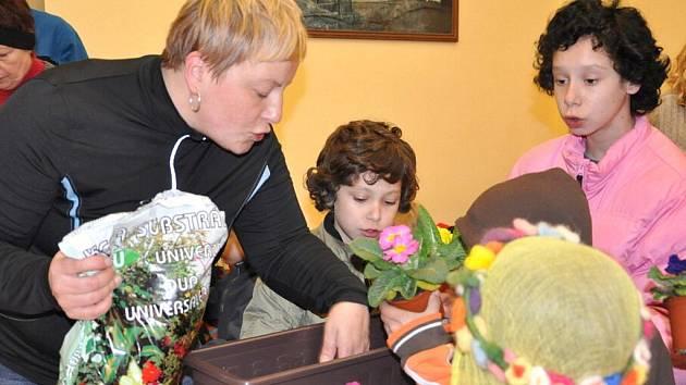 Tradici vynášení Moreny oživilo v sobotu mateřské centrum Krůček ve Svitavách. Na vozíku   účastníci vezli květináče s petrklíči  a pytel panenek  pro nemocné děti.