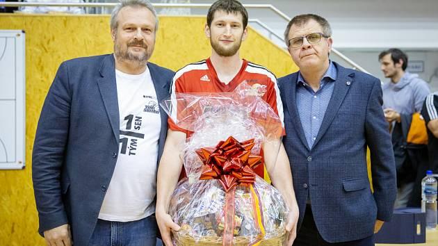 Poslední sezona. Křídelník Tomáš Teplý, pamětník vstupu Svitav do nejvyšší soutěže, se rozloučil s aktivní kariérou. Za celý klub mu poděkovali manažer Pavel Špaček (vlevo) a někdejší šéf svitavského basketbalu Ivo Hejduk.