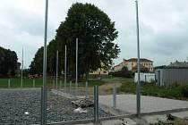 V sousedství fotbalové plochy se rýsují základy víceúčelové plochy