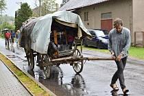 NAVZDORY POČASÍ. S vozem putují po Vysočině a hrají divadlo.  Herce nerozhodí ani déšť či ostré slunce.