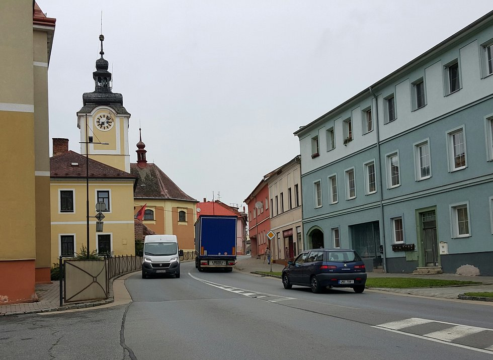 Denně projedou centrem Březové nad Svitavou, ale i dalšími městy a obcemi na trase třiačtyřicítky ze Svitav do Brna, tisíce aut.