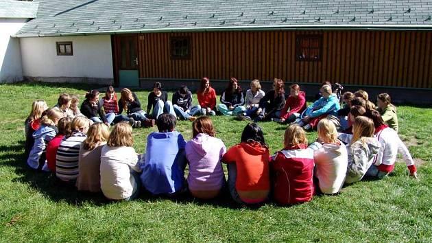 Stmelují kolektivy. Studenti prvního ročníku střední zahradnické školy se poznávají na kurzu v Budislavi.