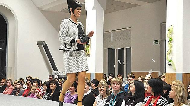 Výlet do historie módy několika desetiletí v Poříčí u Litomyšle.
