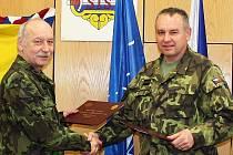 Velitel třebovské školy Vojtěch Němeček (vlevo) podepsal dohodu s Josefem Kopeckým z mechanizované brigády.