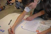 """MULTIKULTURNÍ VÝCHOVA byla náplní projektového dne s názvem """"Žijeme tu společně"""". Žáci se v pracovních dílnách seznamovali s tradicemi Romů, učili se psát azbukou či kreslili čínské vázy. Na závěr """"stavěli"""" dům, ve kterém Češi žijí s ostatními národy."""
