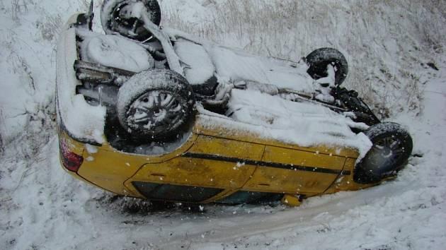 Havárie osobního vozu Škoda Felicie na silnici ze Svitav na Moravskou Třebovou.
