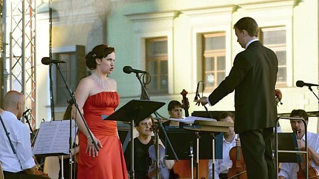 Opera pod májovým nebem na Smetanově náměstí.