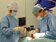 Plastické operace ušních boltců ve svitavské nemocnici za přítomnosti kamery
