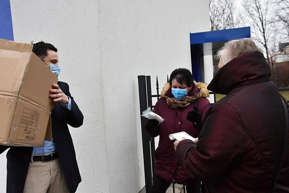 Štědrý dárce Jan Smejkal dovezl respirátory i do Svitav na autobusové a vlakové nádraží.