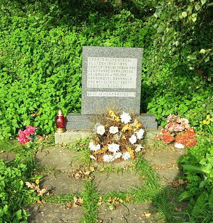 PAMÁTNÍČEK. Na místě tábora stojí pomník připomínající truchlivé osudy.