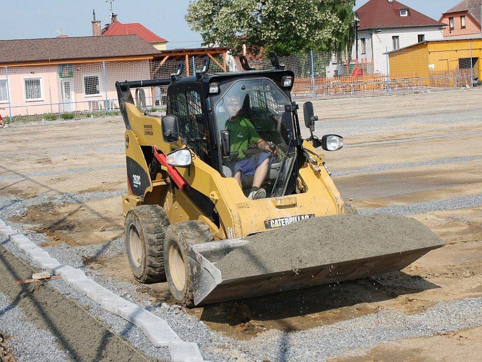 Trávník na fotbalovém hřišti v Lánech brzy nahradí umělý povrch. Umožní trénování i v zimním období.