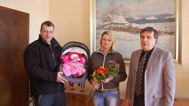 První občanku roku 2009 Lauru s jejími rodiči přijal starosta na radnici.