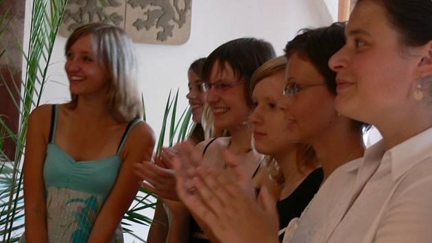 Potlesk dívek  pro pamětníky a učitele  dějepisu Stanislava Švejcara.  Žačky   jsou  rády,  že do projektu šly.