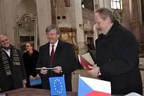 Miliony podepsal ministr kultury Václav Riedlbauch zkřehlou rukou v kostele.