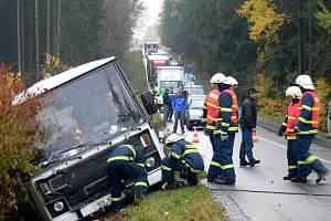 Opilý řidič autobusu zavinil nehodu. Vůz i s cestujícími převrátil do příkopu u strojíren za Korouhví.