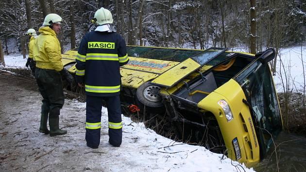 AUTOBUS V ŘECE. Všichni lidé i šofér vyvázli z děsivě vypadající kolize bez zranění.
