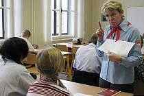 Neobvyklé vyučování v rámci připomínky 20. výročí sametové revoluce si vyzkoušeli studenti gymnázia v Poličce.